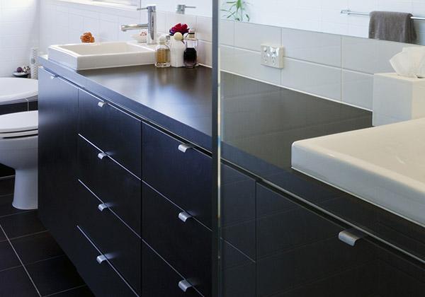 Badkamermeubels en spiegelkasten plaatsen rondom delft